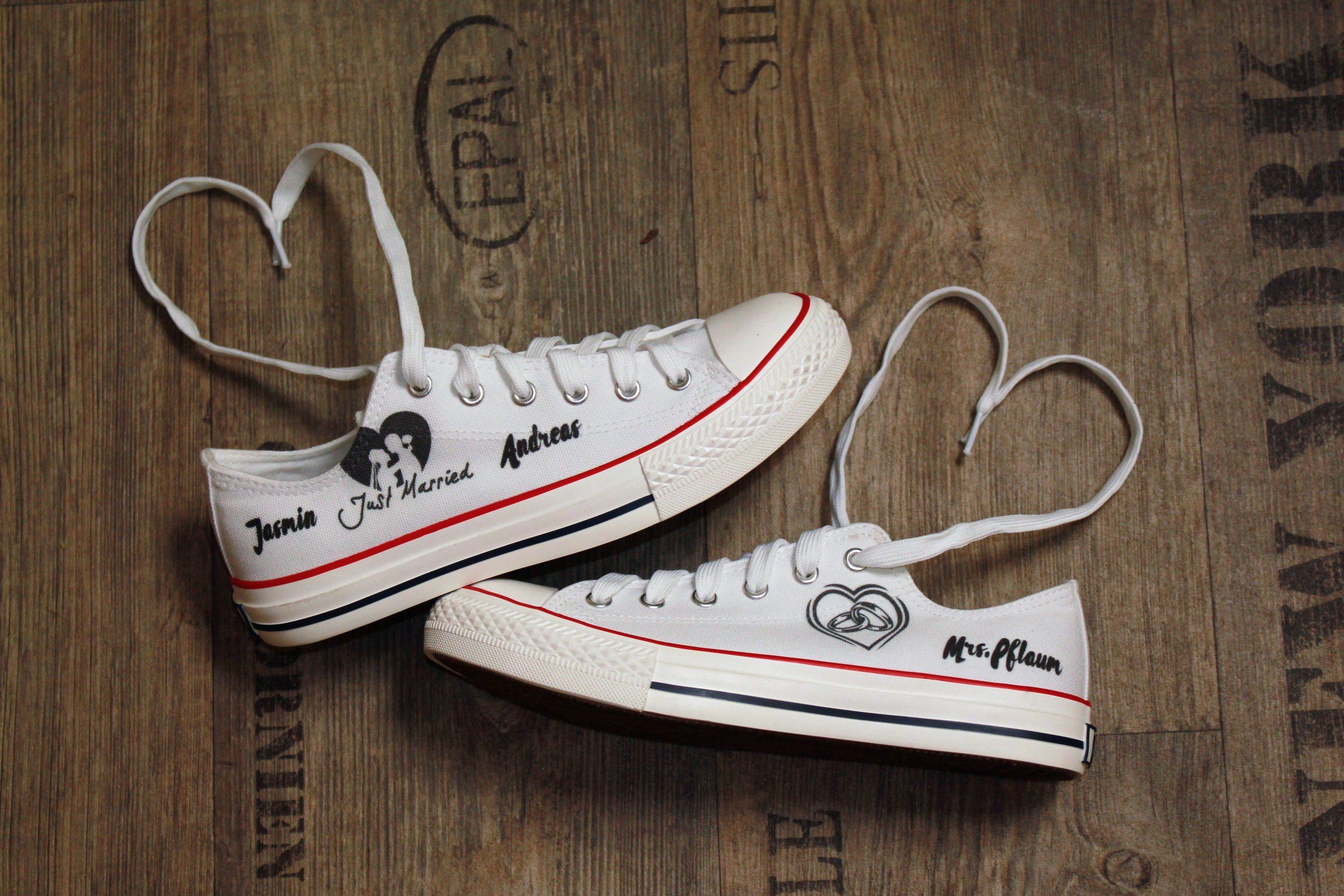 Brautschuhe Hochzeit Sneaker selbst gestalten, weiße Sneaker mit den Brautpaar-Namen