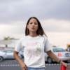 Allow Yourself T-Shirt trägt junge Frau