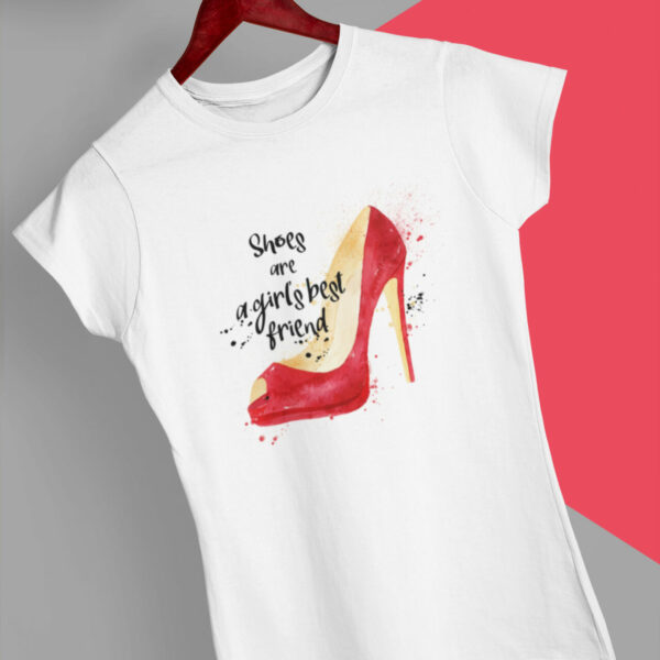 Shoes Are T-Shirt weiß mit Motiv: rote Schuhe mit Slogan